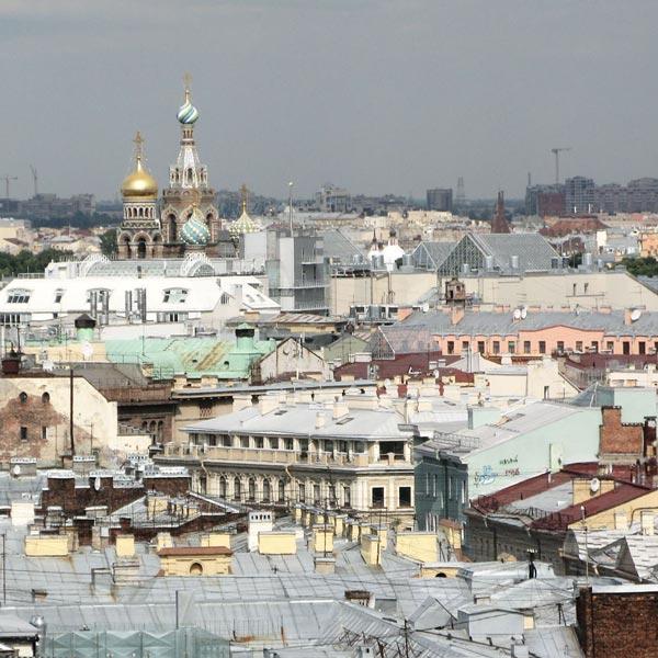 Les toîts de Saint-Pétersbourg (Russie). Vue de la cathédrale Saint-Isaac.